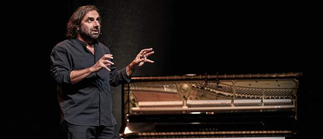 André-Manoukian-Le-chant-du-Périnée-conférence-spectacle-musique-jazz-théâtre-photo-©-Emmanuelle-Nemoz